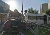 Маршрутка с пассажирами снесла ограждение и вылетела на газон в Обнинске
