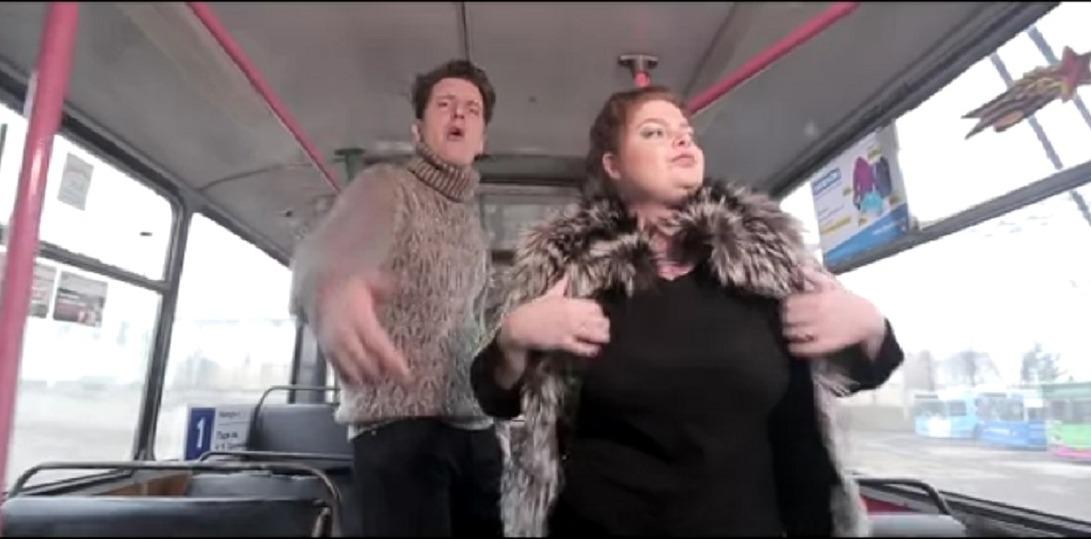 Одна девушка раздевается в сарае видео